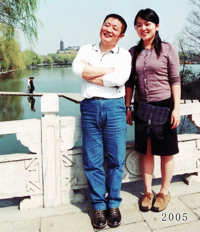 5f3f745b21cc1 dad daughter same photo location different year hua yunqing 1 28 5f3e2854e9bd3  700 - Mesma foto, mesmo lugar há 40 anos!