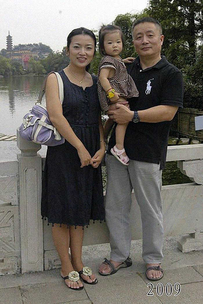5f3f745bd98a0 dad daughter same photo location different year hua yunqing 1 32 5f3e285de851a  700 - Mesma foto, mesmo lugar há 40 anos!
