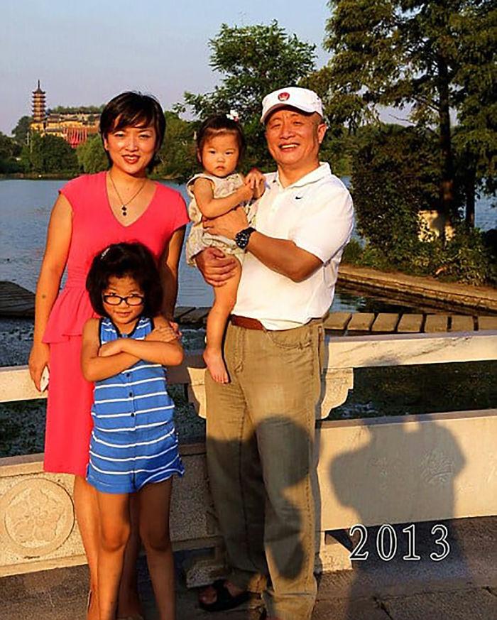5f3f745c9cf01 dad daughter same photo location different year hua yunqing 1 36 5f3e28672e725  700 - Mesma foto, mesmo lugar há 40 anos!