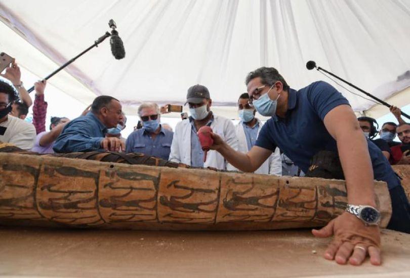 5f841a849e7d5 2500 years old mummy tomb opened egypt 8 5f8004d2bfc2f  700 - Veja o momento em que egípcios abrem um sarcófago de 2.500 anos