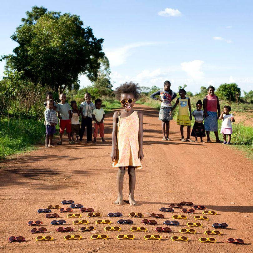 5f9a919daed29 children toys around world gabriele galimberti 5f9928919a39e  880 - Projeto Fotográfico: Crianças posam ao lado de seus brinquedos favoritos