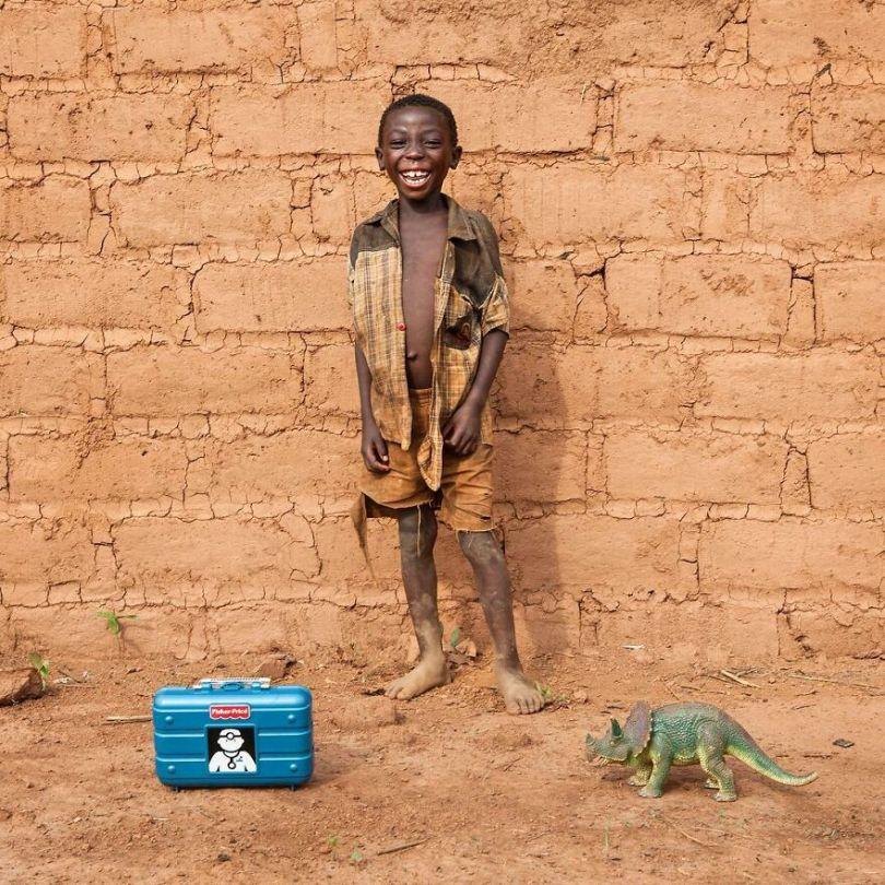 5f9a919dd40e3 62 5f9934386dcee  880 - Projeto Fotográfico: Crianças posam ao lado de seus brinquedos favoritos
