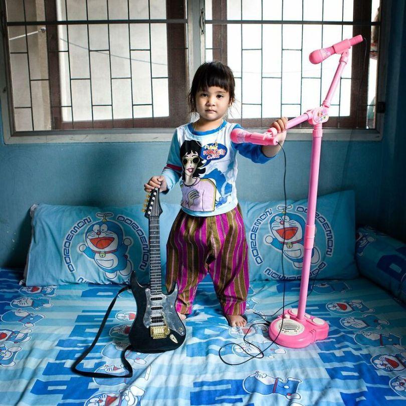 5f9a919e27a21 58 5f99338585e61  880 - Projeto Fotográfico: Crianças posam ao lado de seus brinquedos favoritos