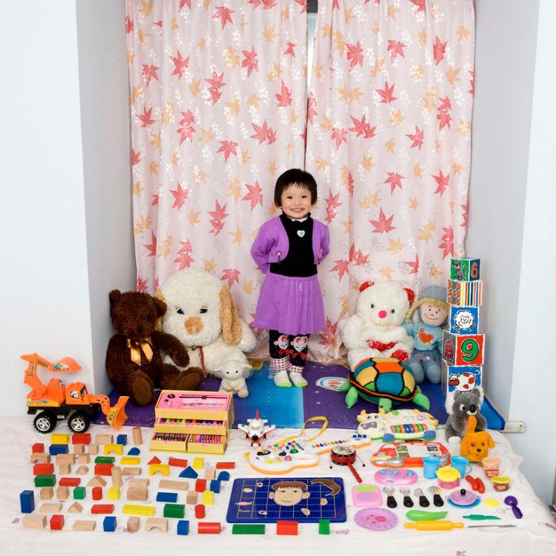 5f9a919e3b730 children toys around world gabriele galimberti 5f99273d31a1c  880 - Projeto Fotográfico: Crianças posam ao lado de seus brinquedos favoritos