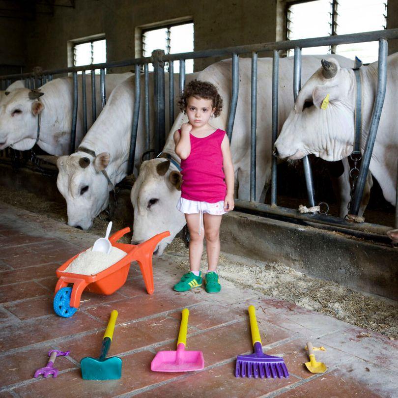 5f9a919e81d4a children toys around world gabriele galimberti 5f992c1cd7cd4  880 - Projeto Fotográfico: Crianças posam ao lado de seus brinquedos favoritos