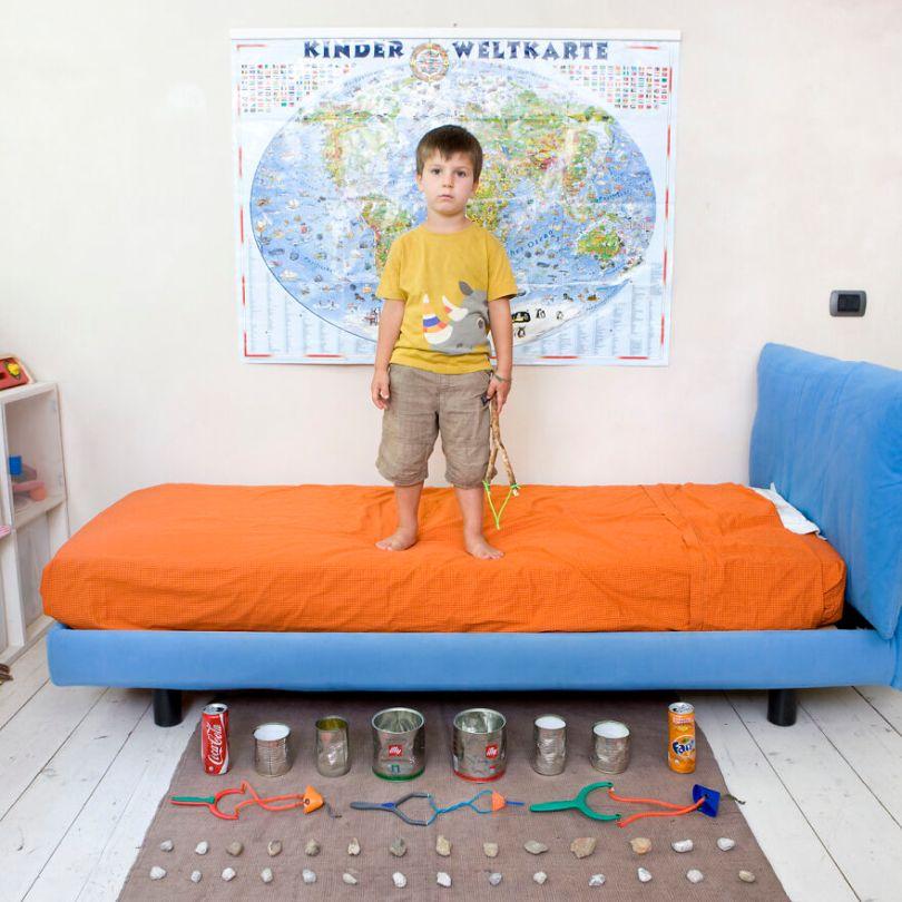 5f9a919e97ddf children toys around world gabriele galimberti 5f992edf0ebb0  880 - Projeto Fotográfico: Crianças posam ao lado de seus brinquedos favoritos