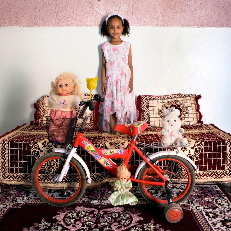 5f9a919f35be3 children toys around world gabriele galimberti 5f9928e48ff00  880 - Projeto Fotográfico: Crianças posam ao lado de seus brinquedos favoritos