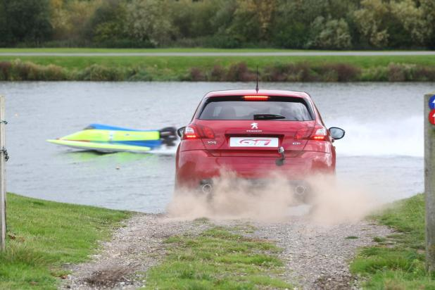 PEUGEOT 308 GTi vs Powerboat 3474
