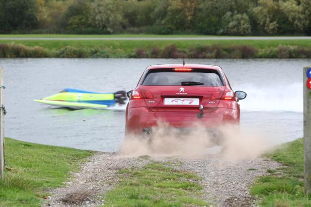 PEUGEOT 308 GTi vs Powerboat 3474