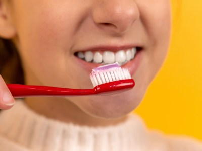 femme se brosser les dents