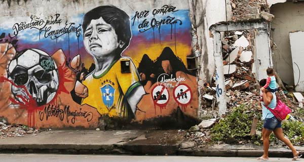 Graffiti nella favela di Metrô-Mangueira (foto: S. Sergio/Reuters])