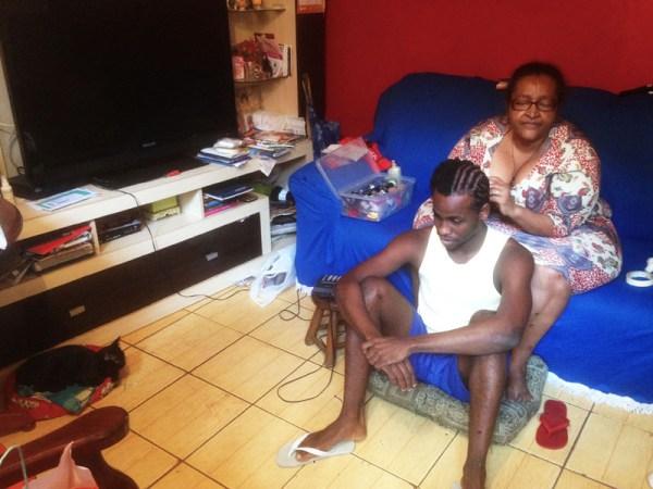 Visita a favela Cantagalo la parrucchiera e l'attore