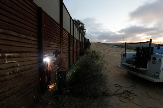 Contractors bidding to build Trump's border wall brace for a