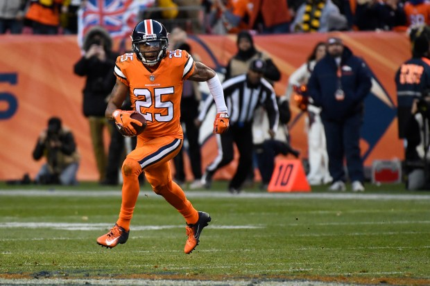 Chris Harris (25) of the Denver ...