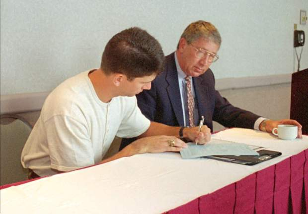 Tennessee first baseman signs his contract ...