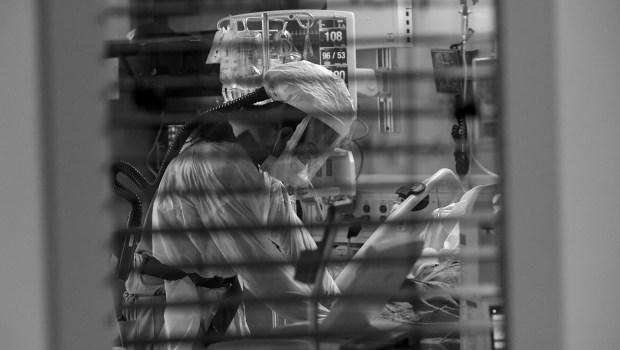 Nurse Oscar Salmeron wears a respirator ...
