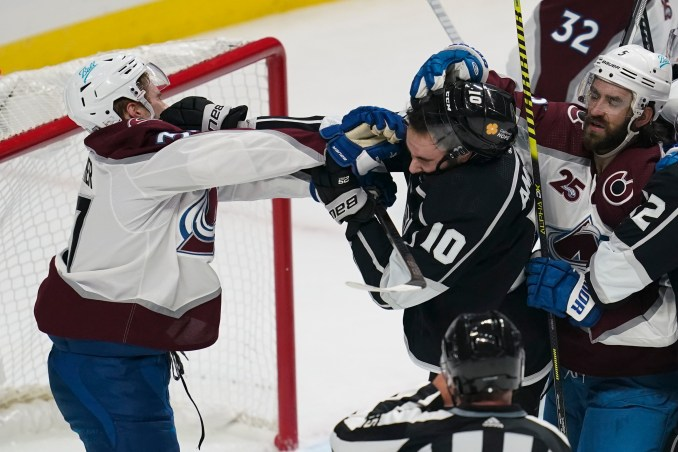 Avalanche blows 2-0 lead as Kings split two-game series