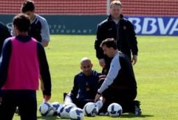 Nunes es atendido por el ATS del Mallorca Julián Fernández tras sufrir la lesión muscular en Son Bibiloni.  Foto: Tooru Shimada