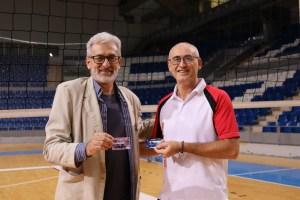 Los dos presidentes, Carlos García y Toni Figuera, posan con los carnets