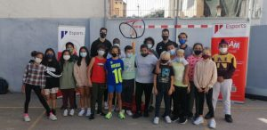 Marc Peñarroya y Pol Figueras, posando con los niños de la visita al CEIP El Terreno