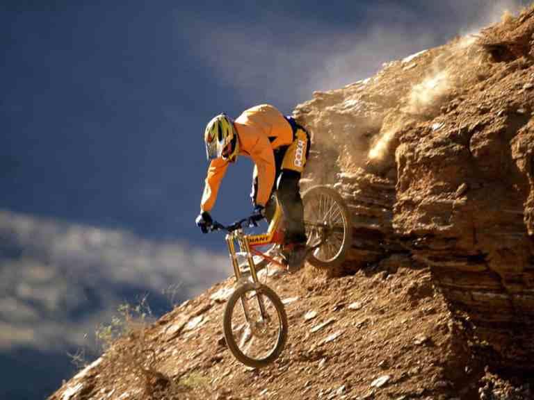 Hombre haciendo ciclismo de montaña