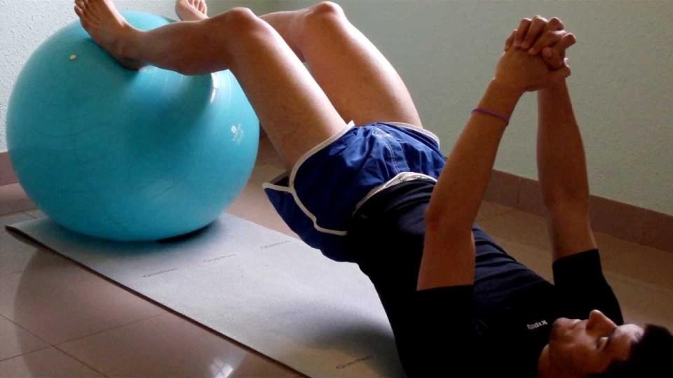 Elevación de cadera, uno de los mejores ejercicios con fitball para core