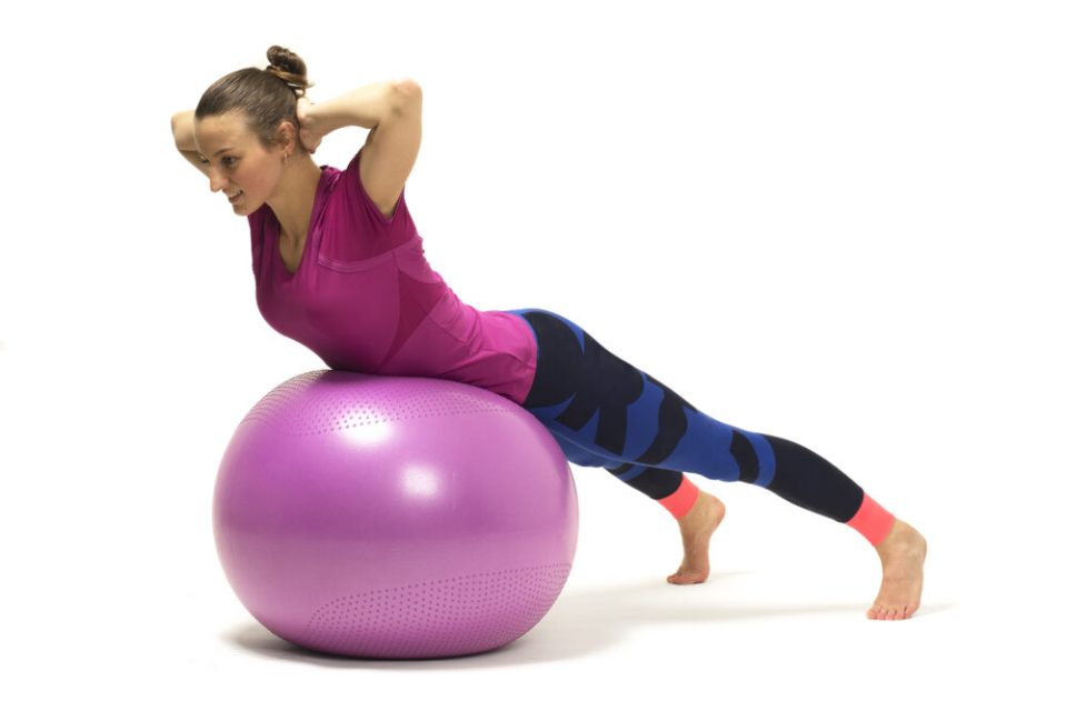 Estiramiento de espalda con pelota suiza