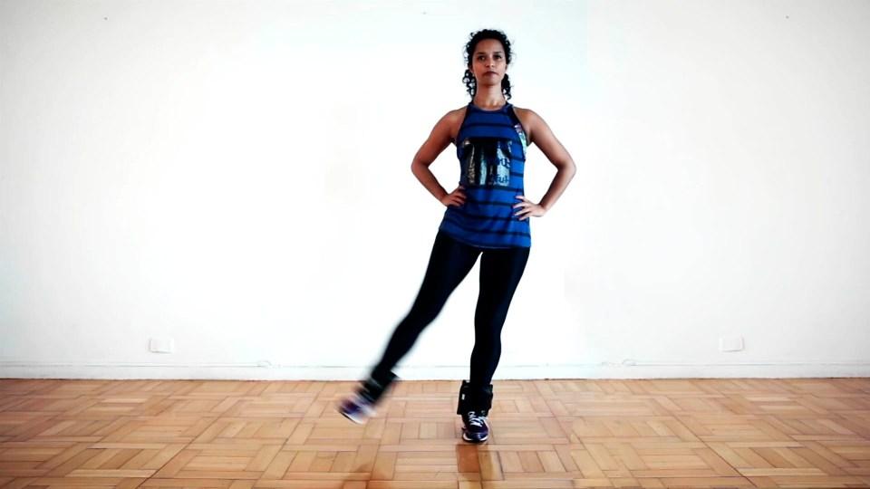 Patada lateral con lastre, un buen entrenamiento con peso en los tobillos para principiantes