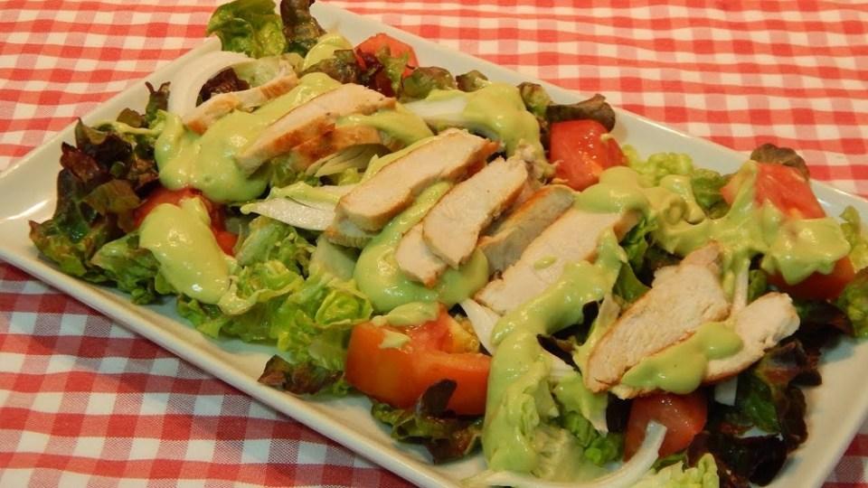 Ensalada de pollo con mayonesa de aguacate