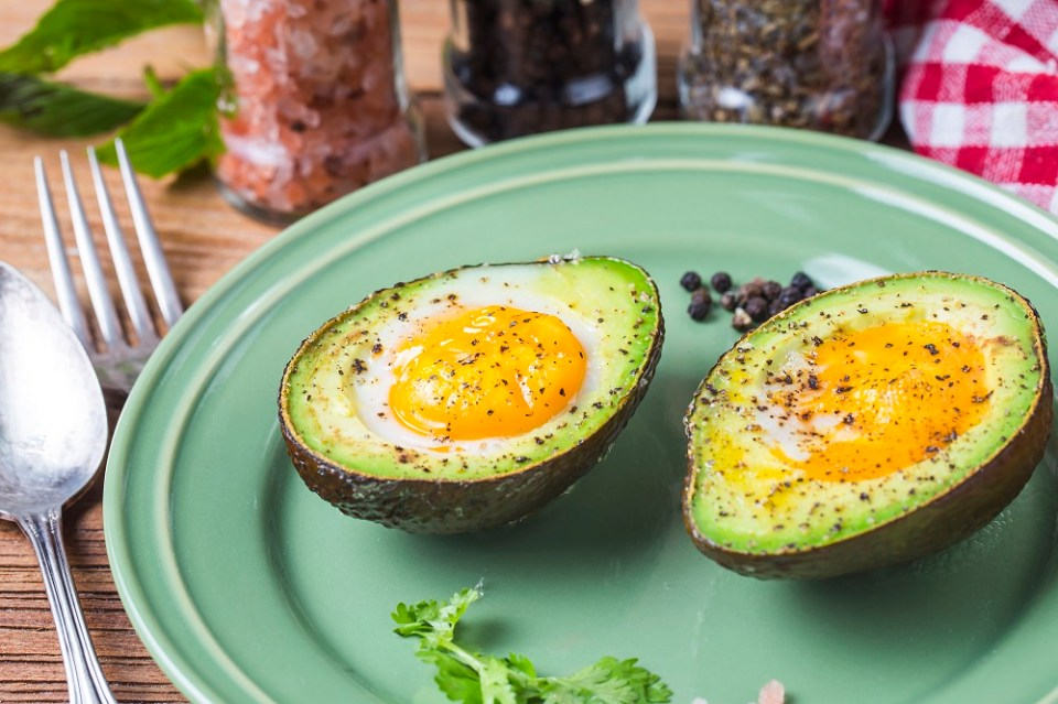 aguacate al horno, de las mejores recetas de desayunos para la dieta Keto