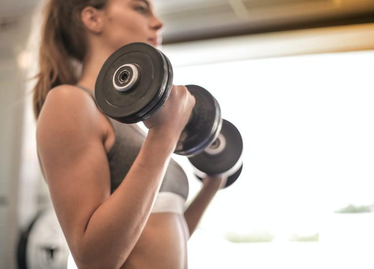 Entrenar todo tu cuerpo con dos mancuernas te permitirá ver resultados asombrosos