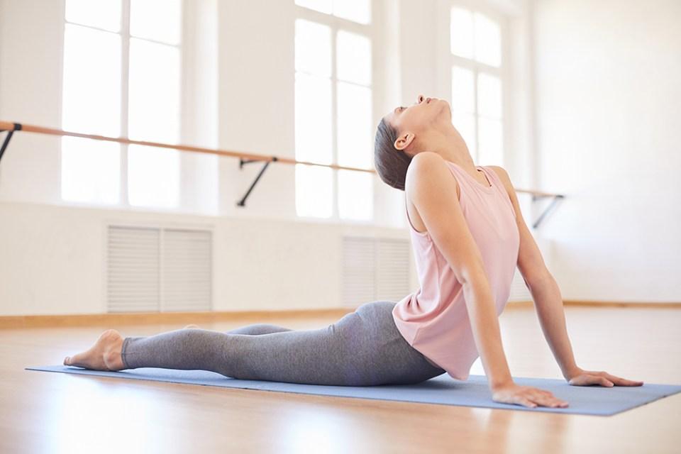Practicar yoga para ganar en salud física y mental