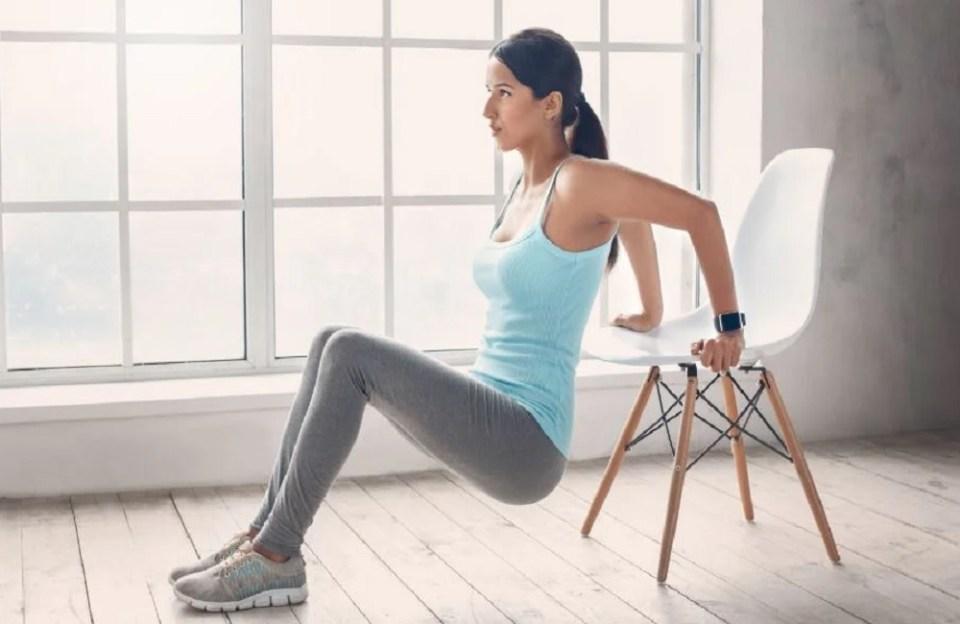 Las sentadillas no pueden faltar si quieres entrenar con una silla