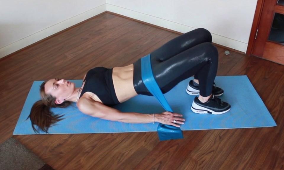 Puente: ejercicios con gomas para tonificar glúteos