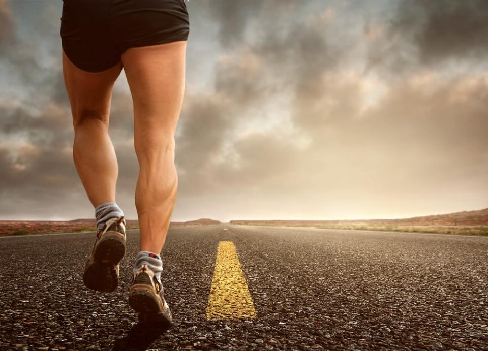 Practicar ejercicios con gomas para tonificar los gemelos te ayudará a realizar mejor actividades como correr o saltar