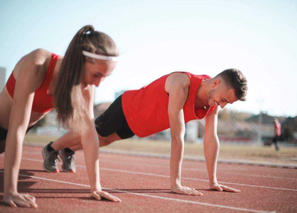 Las flexiones son ejercicios ideales para tonificar los brazos