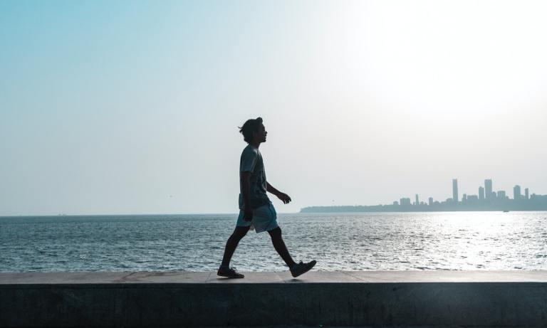 Uno de los beneficios de caminar rápido es que reduce los niveles de colesterol malo