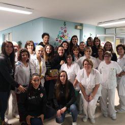 Jugadoras del CF Femenino Cáceres y su entrenador visitan la planta de pediatría del Hospital San Pedro de Alcántara de Cáceres
