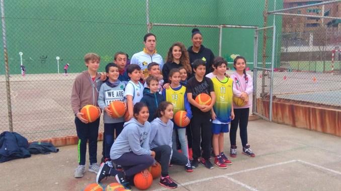 Las jugadoras del Nissan Al-Qázeres Extremadura visitan los colegios de Cáceres