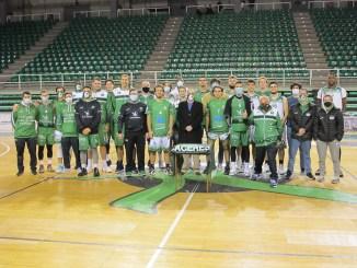 Plantillas y cuerpo técnico de los dos equipos junto a José Manuel Sánchez