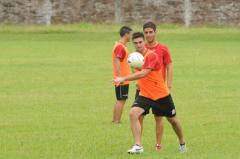 Alejandro Rébola le pega con ganas al balón. No juega desde la fecha 14, en el triunfo sobre Libertad de Sunchales (Foto La Gaceta)