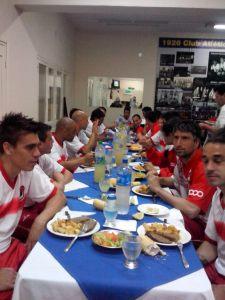 El plantel de La Franja cenando en Mitre, antes de viajar a Concepción del Uruguay (Foto club Guaraní)