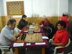 Joaquín Jiménez (izquierda), entabló con Maximiliano Heras en la ronda final y se adjudicó el torneo 88º Aniversario del Club Ajedrez Posadas (Foto gentileza Víctor Hugo Silva)