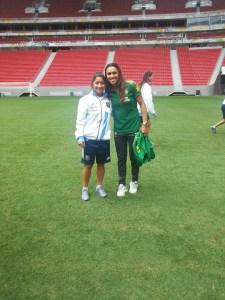 """La jugadora posadeña con la brasileña Marta Silva, la mejor del mundo en el estadio """"Mané Garrincha"""" de Brasilia"""