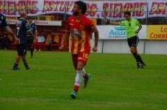 Emanuel Dening festeja su gol ante Atlético Paraná (Foto Época)