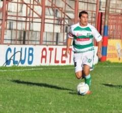 Víctor Galarza había practicado durante la semana con la pechera de titular en Mandiyú. Sin embargo, nunca se percataron que no podía jugar porque acumulaba cinco amarillas (Foto Época)
