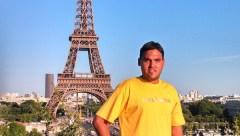 En la ciudad luz. El posadeño René Yegros Codiani junto a la mítica torre Eiffel, en París, su nueva nación deportiva esta temporada (Foto Primera Edición)
