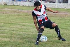 Héctor Millán, lateral del Exa, intenta salir jugando con el balón (Foto Primera Edición)