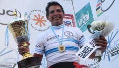 Daniel Juárez posa con el trofeo y la camiseta de campeón argentino que ganó el pasado 12 de abril en San Juan. Por este logro fue recibido por el gobernador del Chaco, quien aceptó el pedido que el ciclista le hizo de una bicicleta, la que aún no llegó a su poder (Foto diario Chaco)