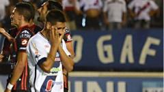 Luciano Leguizamón ya pateó y vio como Sebastián Bértoli se quedó con el balón. El ex Gimnasia y Esgrima fue insultado por gran parte del público presente en el estadio de Villa Sarita (Foto El Diario)